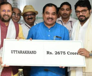 Union Minister Shri Prakash Javadekar Handed Over a check of 2675 crore to Uttarakhand Forest and Wildlife Minister Dr. Harak Singh Rawat