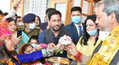 On the festival of Phuldei, Phulari visited Chief Minister Tirath's home, sang traditional songs, and decorated his home with flowers.